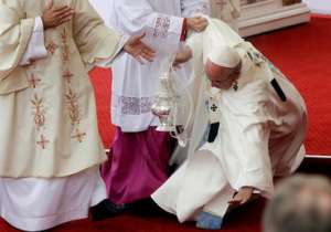 Pope Francis falls while conducting Mass in Poland- India Tv