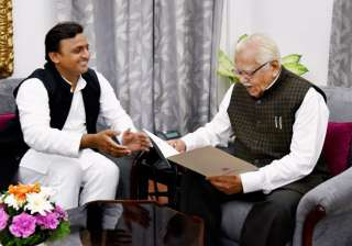 Akhilesh Yadav submits resignation to Governor...