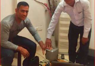 MS Dhoni authenticating his fingerprint - India TV