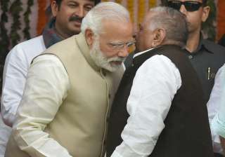 Modi and Mulayam exchange warm gestures during...