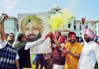 Congress workers celebrate party's thumping...