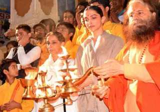 Deepika performs aarti in Rishikesh - India TV