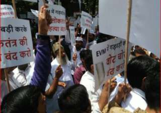 AAP workers protesting outside EC headquarters - India TV