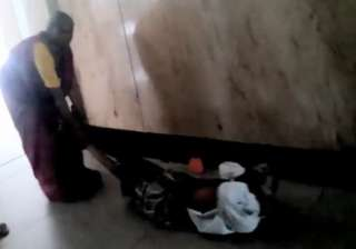 karnataka hospital woman drags husband - India TV