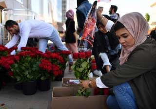 British Muslims hand out 3,000 roses at London...