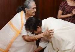 when amitabh bachchan met his mother on her 86th birthday