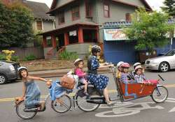 american supermom carries her 6 children on a cargo bike