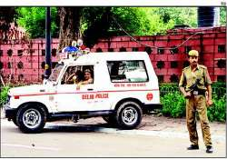 delhi police constable shot at by two youths