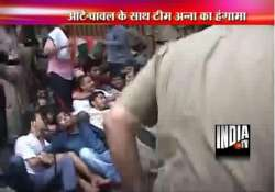 anna hazare supporters protest outside pawar s residence