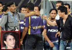 srk should have apologized says writer shobhaa de