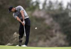 world challenge golf spieth stays in lead woods loses more