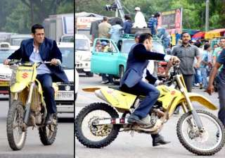 salman performs bike stunt for jai ho view pics -...