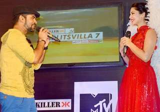 sunny leone gets wooed by journalists in delhi...