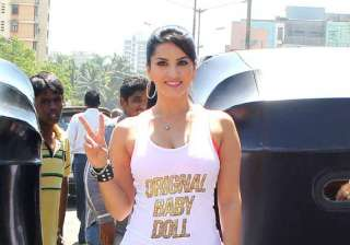 omg sunny leone manhandled by auto drivers see...