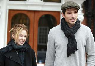 kylie minogue eager to get back with ex beau...