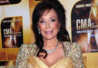 loretta lynn postpones 2 shows to heal her knee -...