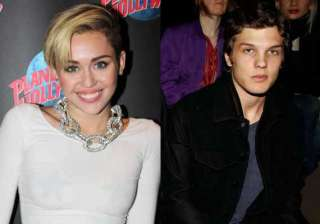 miley cyrus dating theo wenner - India TV