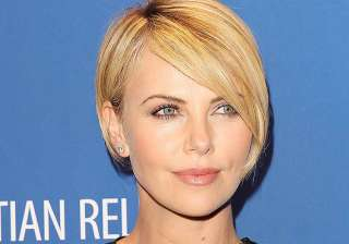 charlize theron a generous tipper - India TV