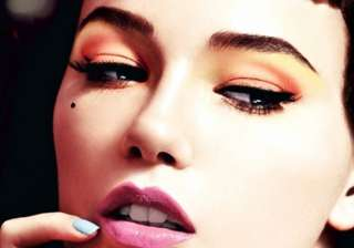 shape eyebrows the right way see how - India TV