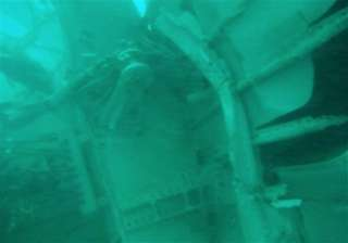 divers looking for black boxes in crashed airasia...
