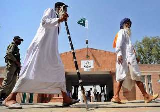 indian sikh pilgrims cross into pak on foot via...