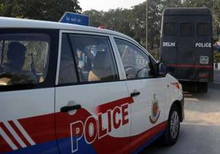 delhi police official misbehaves with du student...