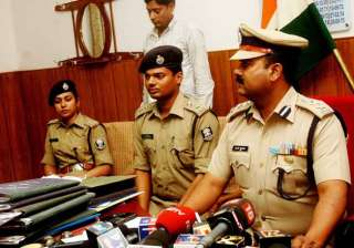 bihar couple stages nude protest against police...