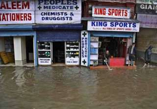 flood alert in srinagar as jhelum crosses danger...