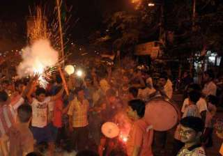 kolkata bursts crackers celebrates knight victory...