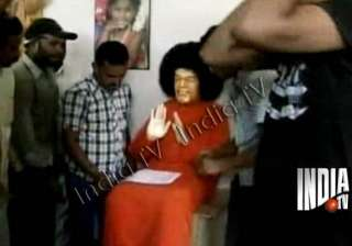 perfumed water comes out of sathya sai statue...