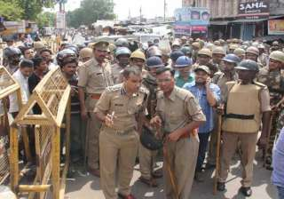 policeman opens fire in lucknow injures four -...