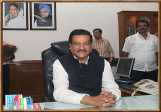 prithviraj chavan put on notice by cong high...