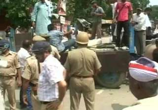 up police lathicharge villagers blocking nh93...
