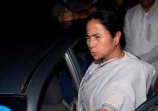 mamata ties rakhis on wrists of policemen...