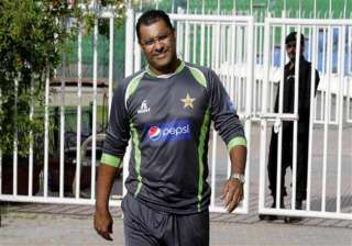 coach younis warns players to show right attitude...