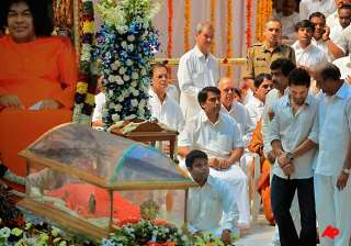tendulkar weeps near sai baba s mortal remains -...