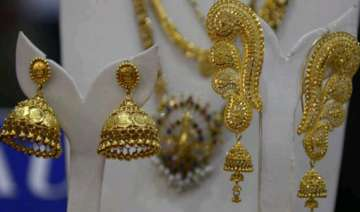 gold falls on stockists selling global cues -...