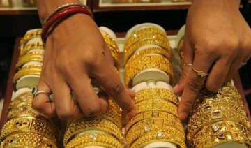 gold hits one month high of rs 28 625 on global...