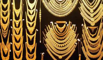 gold up by rs 135 silver loses rs 400 - India TV