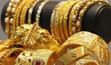 gold extends weakness on global cues subdued...