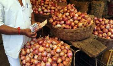 retail onion prices continue to rule at rs 60 70...