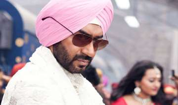ajay devgn gifts gold chain to fan - India TV