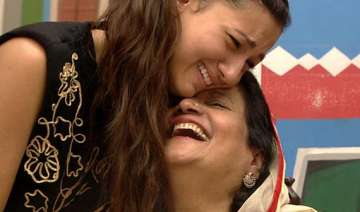 bigg boss 7 gauhar s mother persuades her to go...