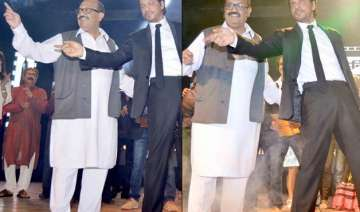shah rukh khan makes politician amar singh dance...