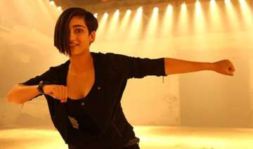 akshara haasan s look in shamitabh revealed see...