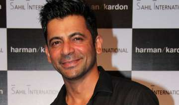 sunil grover gets injured on the sets of deal or...