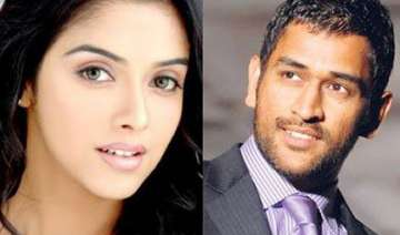 dhoni chills out with asin - India TV