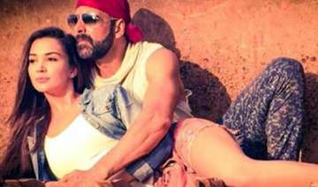 akshay kumar cosies up with amy in singh is...