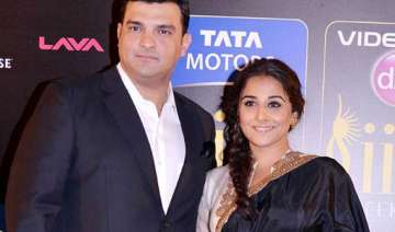 vidya balan happy as hubby siddarth gives her...