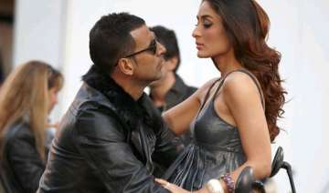 now kareena kapoor to dance for akshay kumar see...